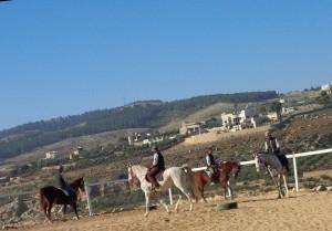 Menunggang Kuda Berlatarbelakangkan Pergunungan di Jordan…. Indah….