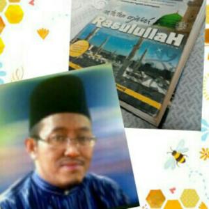Foto Tn Nasar bersama buku susunnya, 'Catatan Sejarah Rasulullah' yang mesti dimiliki oleh setiap rumah orang Islam di Malaysia khasnya staf GISB, bekas pelajar Batu Hampar dan muslim Pantai Remis.