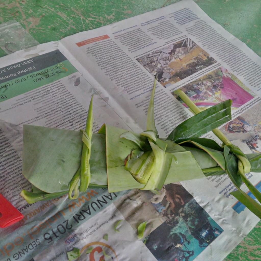 Yes! Bungkus pula dengan daun pisang begini... siap untuk dibakar.