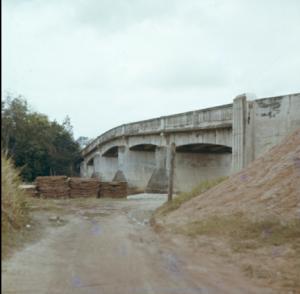 Jambatan Perit Sulong pada 1963, di mana tentera Australia berjuang pada peringkat akhir Pertempuran Muar menentang pasukan Jepun yang lebih besar. Jambatan ini dimusnahkan pada tahun 1994 dan digantikan dengan jambatan baharu pada tahun 1997.