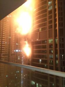 SALAH satu menara kediaman tertinggi di dunia, Marina Torch terbakar di sini awal pagi tadi. - Foto AP